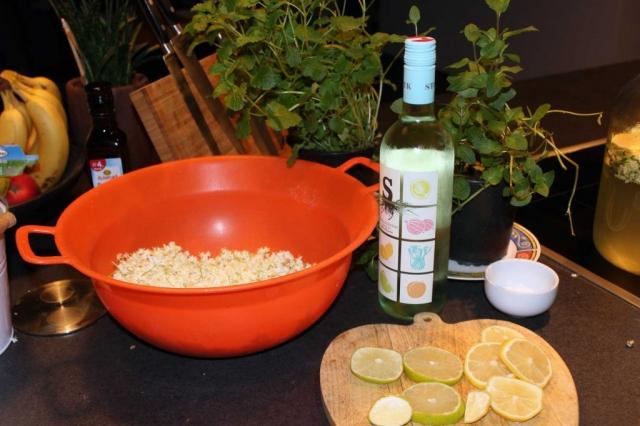 Zitronen und Limetten schneiden